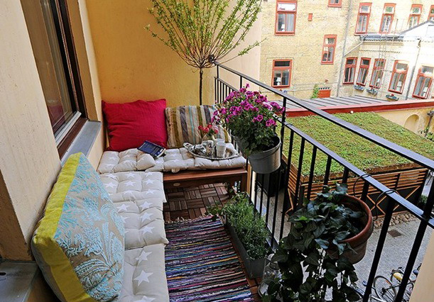 How to decorate your balcony freshnist for Balcony lighting ideas