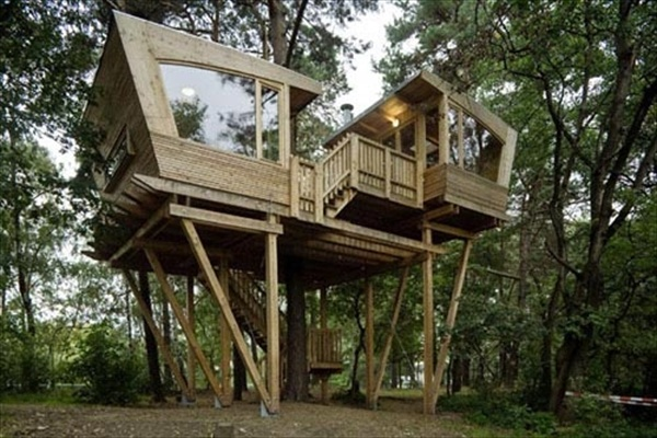 33 simple and modern kids tree house designs freshnist for Free treehouse plans