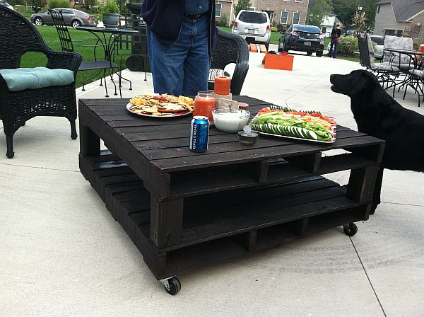 black-pallet-coffee-table-or-dining-table